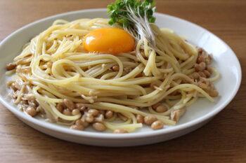 納豆はご飯だけでなく、麺類とも相性がいいんです。なめ茸と合わせたネバとろなパスタのレシピです。なめ茸に味がついているので、混ぜるだけでできちゃいます。