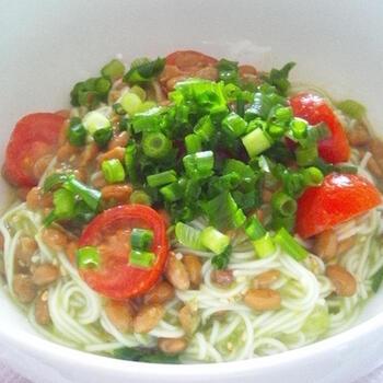 淡白になりがちな素麺ですが、納豆で栄養面&味わいを両方アップさせましょう。トマトと青ネギのコンビは、見た目も鮮やかで食欲が出そうですね。薬味は納豆の味を引き立たせるので、お好みで大葉やみょうが、海苔などを足しても美味しそう。