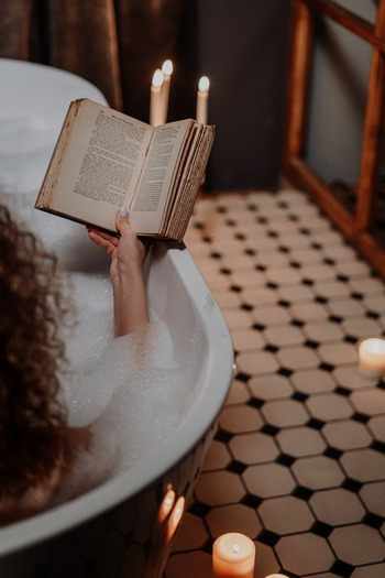 半身浴が一時期、ブームになって、それ以来、半身浴を続けているという人も多いのではないでしょうか。冷え性の人におすすめなのは、実は「全身浴」。  肩までしっかりとお湯に浸かることで、全身の毛細血管が広がって、血流が良くなります。