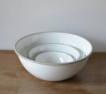 真っ白な琺瑯のボウルに、薄いグレーのフチがさりげないアクセントになったアイテム。混ぜる際などにボウルとして使うのはもちろん、サラダなどを盛り付ければ食器としても使用できます。
