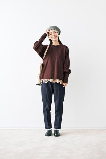 センタ―プレスの入ったテーパードジーンズを、ブラウンのトップス×レースインナーでちょっぴり甘めのスタイリングに。グレーのベレー帽と黒のフラットシューズで、季節感を演出しているのもポイントです。