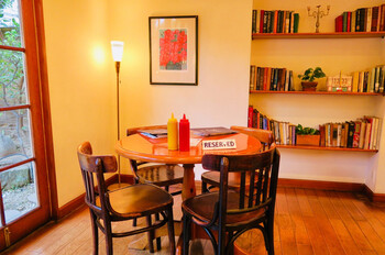 もともとは外国の大使館職員が住んでいた家を店舗にした「フランクリン・アベニュー」。テラス席も用意された広々とした店内でリラックスしながらハンバーガーを食べることができます。