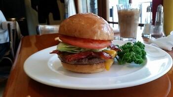 1980年から5年間アメリカ・ロサンゼルスのレストランで本場のハンバーガーを学び、1990年にオープンされて以降、地元客のみならず多くのファンに愛される老舗店が生み出す味わいは、ハンバーガー好きならチェックしておきたいところです。