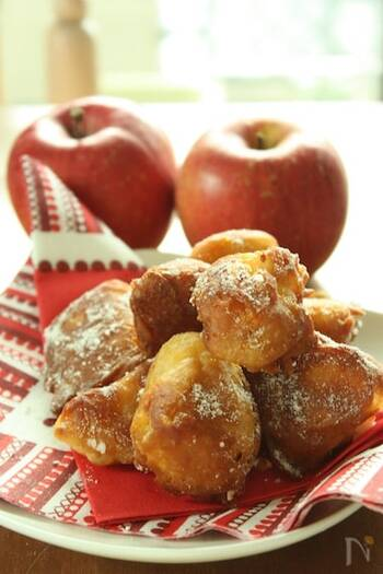 ホットケーキミックスを使えば、少ない材料で簡単にベニエを作れます。りんごも生のまま使いますので、手間いらず。気軽なおやつとして楽しめますね。