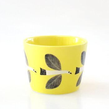 同じシリーズで、カップをぐるっと囲むように描かれた鳥のフリーカップもあります。ドリンクはもちろん、デザートの盛り付けにも◎プレートとセットで使うのも素敵です。