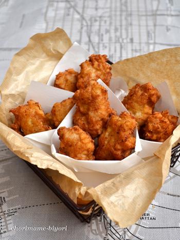 鶏むね肉をみじん切りにして、ベーキングパウダーを入れることでふんわり仕上げる「やわらかチキンナゲット」。ボウル1つで作れる、洗い物も楽なお手軽レシピです。