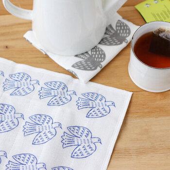 松尾ミユキさんのバードモチーフのかやふきんは、鳥たちが規則正しく並ぶ、版画やスタンプのようなデザイン。食器やテーブルを拭くだけでなく、ティーマットやインテリア収納やかごバッグの目隠しなど、アイデア次第で使い道が広がります。