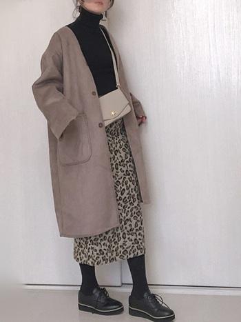トレンドのアニマル柄をタイトスカートで取り入れたコーデ。トップス、タイツ、シューズはスカートの中にある黒を選んでまとまりを意識。長めのアウターは柔らかいトーンのグレージュでやさしい雰囲気をプラスします。