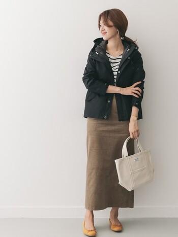 コーデュロイ素材のタイトスカートとマウンテンパーカーのコーデ。くすみのあるブラウンはこれからの季節にぴったり。ボーダーのトップスとマウンテンパーカーでカジュアルに。足元のバレエシューズがちょうどいい女性らしさをプラスしてくれます。