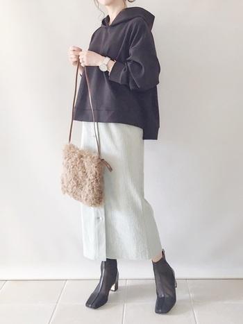 グリーンのスカートにパーカーを合わせた大人カジュアルなコーデ。合わせるのが難しそうなグリーンのタイトスカートは、パーカーと合わせるとデイリーコーデに。モコモコ素材のバッグで可愛らしさをプラスします。