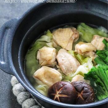 鶏ガラスープ、ニンニク、塩、酒というあっさりタイプのつゆに鶏もも肉と野菜を入れた優しいお味のひとり鍋。鍋を食べた後のスープには具材の旨みが溶けだしているので、そのままゴクゴク飲むこともできます。  ニラと椎茸は煮すぎないように、最後に加え、1分ほど加熱。ジューシーな歯ごたえが楽しめますよ。