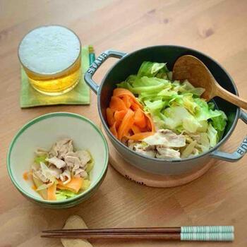 味付けは創味シャンタンだけという簡単スピードレシピです。キャベツと人参、ネギというさっぱり味の野菜がたっぷり食べられます。シンプルなお鍋が食べたいなというときにおすすめのレシピ。  人参はいちょう切りと薄く麺のようにカットしたもの、二種類の歯ごたえを楽しめるように工夫しています。
