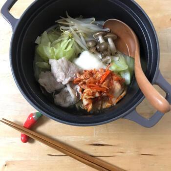 シンプルな昆布だしのつゆに、キムチとお餅をトッピング。キムチを煮込まないので、さっぱりといただけるひとり鍋です。  ざく切りにしたキャベツ、もやし、しめじと水分が多い野菜をたっぷり使っています。トッピングのキムチと一緒に口に入れると、まるで味変しているような気分になりますね。