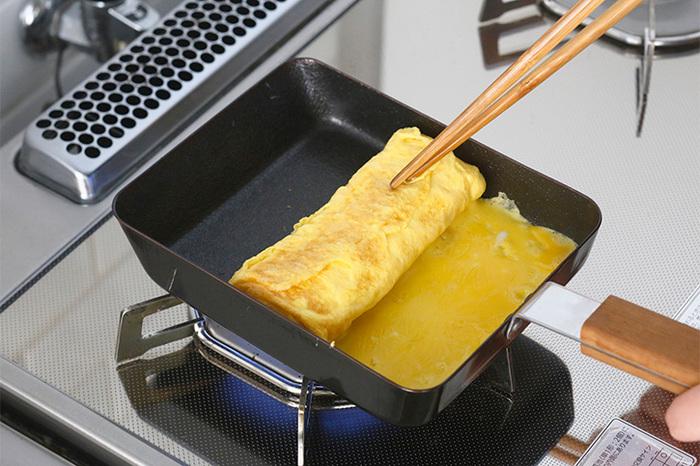 鉄製は均一に熱が伝わり、焼きムラが少なくすみます。どちらもサイズはコンパクトなので他の食材でも重宝し、手早く少人数のランチや夕食を作ったり、お弁当のおかずを作ったりする場合もしっかり活躍してくれます。