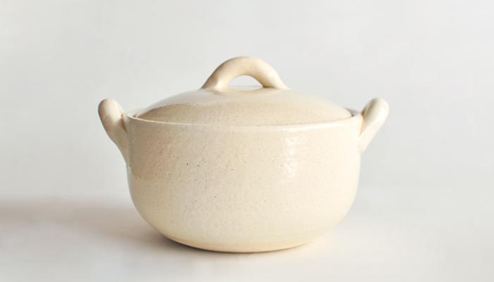三重県萬古焼のテーブルウェアブランド「4th-market」の乳白色が美しいひとり鍋です。深さがあるので汁気の多い鍋ものやスープにおすすめの土鍋。