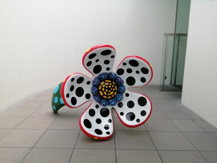 世界中で絶大な人気を誇る芸術家・草間彌生さんの作品が集結した美術館が新宿にあります。展示数はそこまで多くありませんが、完全予約・定員制となっているので混雑することなくじっくり作品を味わえると人気です。屋上ギャラリーやミュージアムショップも併設されています。