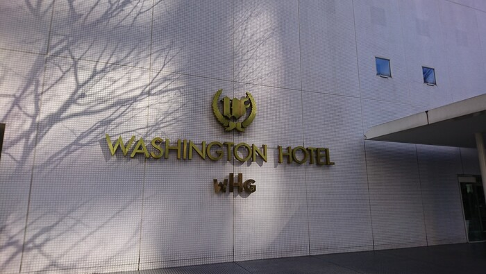ホテルなら新宿ワシントンホテルがおすすめ。都庁のすぐそばにあります。新宿駅南口からは徒歩約8分、都庁前駅からは徒歩約6分というアクセスの良さが魅力です。