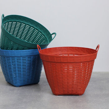 色鮮やかなプラスチック製のバスケット。アジアのマーケットにあるようなどこかレトロ雰囲気で、カラフルな色合いがお部屋のワンポイントになってくれそうです。
