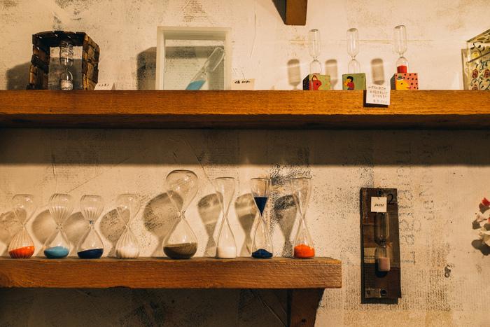 """商店街から一本入った細い路地裏にある「Sablier de Verrier(サブリエ・ド・ヴェリエ)」は、とても珍しい砂時計専門店。店名はフランス語で""""砂時計のガラス職人""""という意味があるんですよ。  ここには、日本にわずか3人しかいない砂時計職人や作家さんが作成したオリジナル砂時計が並んでいます。"""