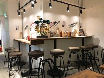 1987年創業の富山に構える焼肉店「大将軍」が新宿歌舞伎町に繰り出したその名も「ショーグンバーガー」。バンズはパン職人が手掛けたもので、焼肉×パン職人という最強コラボも店名通りです。