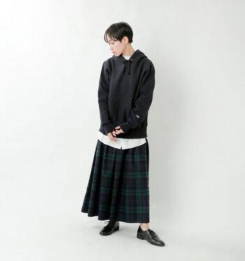 黒のパーカーは、重くならないよう白いカットソーを仕込んでちらりと見せましょう。チェックのロングスカートに合わせて、プレッピーな雰囲気に。カラーが落ち着いているので、幼く見えません。