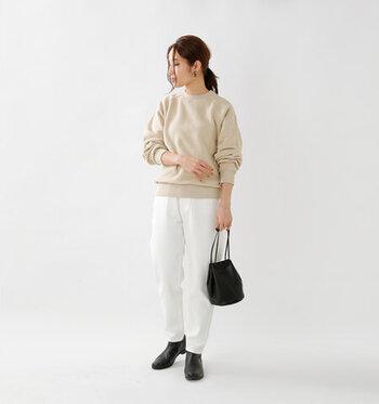 顔がパッと明るく見えるカラーのスウェットは、白いパンツを合わせてミルクティーのようなグラデーションに。ブラックのバッグ&足元で、コーデをしっかり引き締めます。