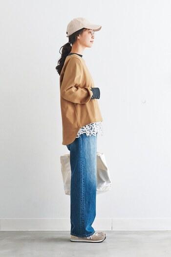 襟と袖の色味が切り替えられ、後ろが長くなった変形スウェット。気になる腰回りをカバーできる嬉しいデザインですね♪デニムやスニーカー、キャップなどでカジュアルに着こなしつつ、裾からレースのインナーをちらりと見せてアクセントを。