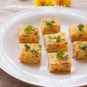 野菜やお肉、チーズなどがたっぷり入った、イタリア版オムレツの「フリッタータ」。本来は、丸いフライパンで作りますが、卵焼き器で作ると、ひっくり返しやすく、少量で手早く作れ、四角い形に仕上がるので、お弁当に入れやすいというメリットが。一口サイズにカットすれば、オードブルにも使えて便利♪