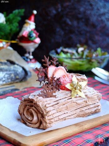 クリスマスケーキで人気の高いフランスの伝統菓子で、クリスマスの薪をイメージした形がキュートな「ブッシュ・ド・ノエル」も、卵焼き器で作ることができます。見た目も可愛らしく、クリスマスだけでなくおもてなしスイーツや、お祝いの席のスイーツなどにも飾り付けを工夫して出すと盛り上がりそう。