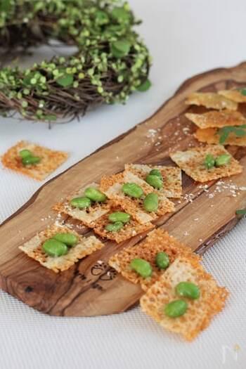 思い立ったら手早く作れるおつまみレシピは覚えておくととっても便利。チーズを焼き、枝豆をトッピングした時短おつまみは、カリッと焼いたチーズの食感と、枝豆がよくあいます。枝豆がなければ、ブラックペッパーをふるだけでも、おいしくいただけて、より簡単におうちにある材料だけで作れます。