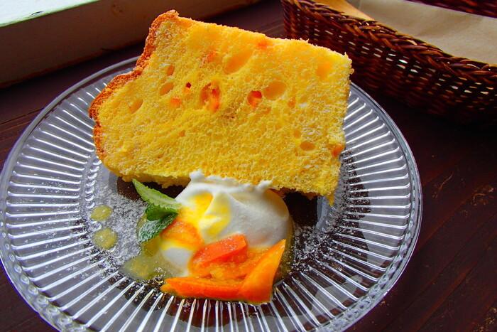 スイーツのメニューは季節ごとに変わります。こちらは屋久島の特産であるポンカンのシフォンケーキ。軽い食感で、爽やかな酸味が口に広がります。