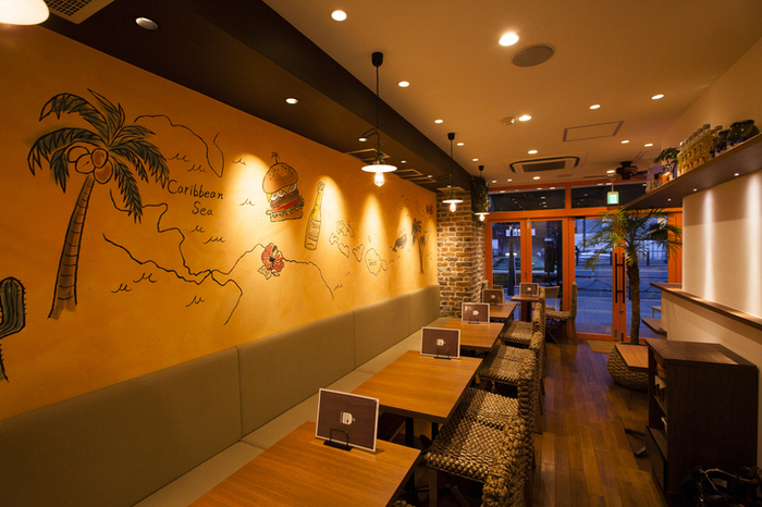 一つ一つ丁寧に作り上げるこだわりのハンバーガーを楽しめるアイランドバーガー。ビーチリゾートのレストランをイメージしたおしゃれな店内が心地よい空間となっています。