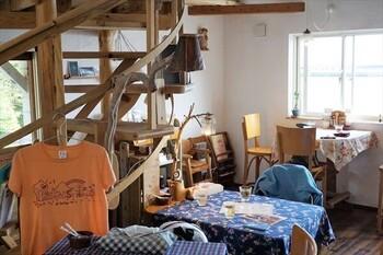 海のそばの小さなカフェ「スマイリー」。店内では草木染めのTシャツや靴下、屋久島産のフルーツを使った自家製フルーツソースなどのお土産も販売されています。