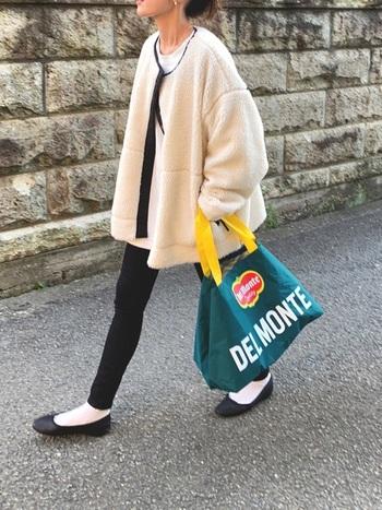 ボアジャケット×黒スキニーの組み合わせは、ボアジャケットコーデの定番スタイル。メリハリが効いてスタイルが良く見えますよ♪バレエシューズ&白靴下を合わせて大人っぽさもプラス。小柄さんにもおすすめのコーディネートです。