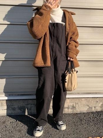 シックで落ち着いた印象のブラウンのボアジャケットなら、幼く見られがちなサロペットスタイルも大人っぽくキマります。コーデ全体が重く見えないようにインナーにはホワイトを入れてあげると◎。