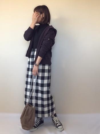 ダークブラウンのコンパクトなパーカーは、ギンガムチェックのロングスカートに合わせて。大人可愛いカジュアルな着こなしにパーカーは役立ちます。