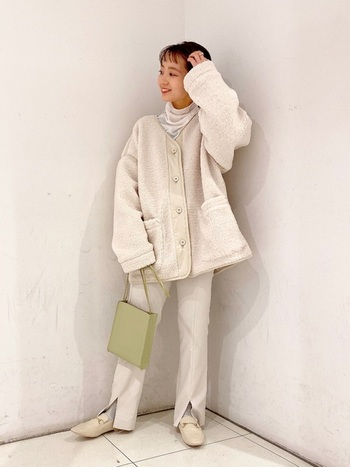 スリット入りのパンツやローファーなどの大人アイテムを合わせることで、可愛らしいイメージのホワイトコーデも大人の着こなしへブラッシュアップ。コーデの雰囲気を壊さないピスタチオカラーのバッグが◎。見た目にも温かい秋冬コーデです。