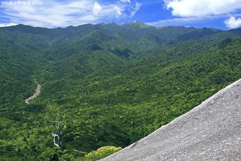 白谷雲水峡にある絶景スポットが「太鼓岩」。標高約1050mで、九州では最高峰の宮之浦岳や安房川などを一望できます。