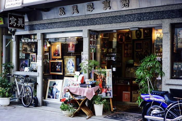 パティオ十番通りにある「松尾写真館」は、創業した1927年から同じ場所で営んでいる老舗。家族写真を中心に撮影していて、何代にもわたりここで撮影しているご家族も多いそう。レトロで趣きのある外観に、風格を感じますね。