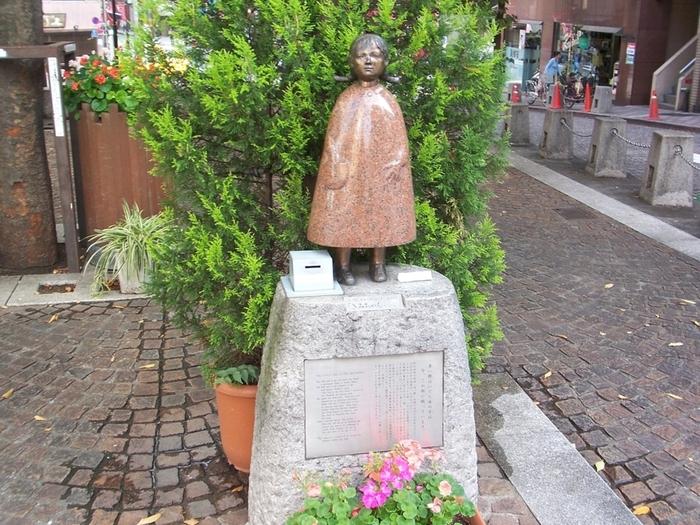 """パティオ十番通りにそっと佇む「きみちゃん像」は、国内にいくつかある童謡「赤い靴」をモチーフとした像。実在する""""きみちゃん""""の最期を看取った孤児院が麻布の鳥居坂教会にあったことから、1989年に建てられました。"""