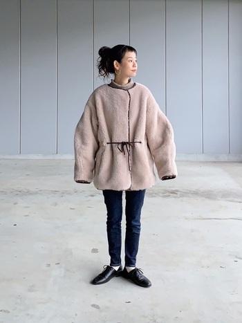 実は意外にもデザイン性が豊かなボアジャケット。ノーカラー&ウエストマークできるものを選べば、上品な着こなしも楽しめちゃいます。首元からチラッと覗くハイネックがかわいい。首元のレイヤードは秋冬のさりげないおしゃれ。
