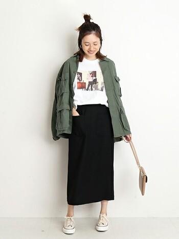 カーキのジャケットが大人っぽい着こなしのコーデです。大きめサイズのジャケットは、タイトスカートで合わせてすっきりと。ジャケットで腰回りが隠れるので、体系が気になる大人女子にもおすすめですよ。