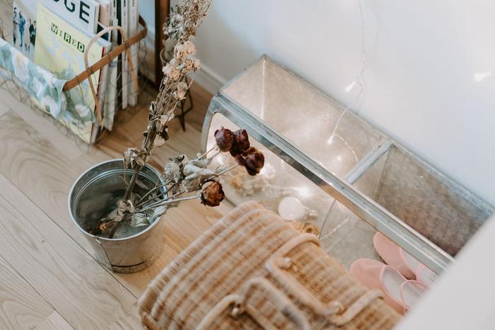 ドライフラワーは、バケツに無造作に入れるだけでも様になりますね。ちょうど良い花瓶が無い…という時は、手持ちのアイテムを使ってしっくりくる飾り方を見つけましょう!