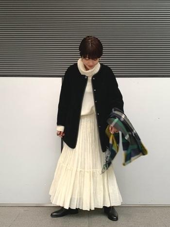 ほっこりかわいらしいホワイトコーデを一気に大人っぽくまとめてくれる黒のボアジャケットは、大人女性の味方。丈が長めのボアジャケットなら、白と黒の配色も半々になるので、全体のバランスも取りやすい◎。