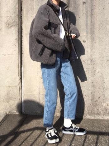 着丈がそこまで長くないボアジャケットは、スキニーパンツやレギンス、ワンピースやフレアスカートはもちろんのことボリュームのあるパンツにも合うので、着回しやすいアイテム。足元は、アンクル丈のパンツ&白ソックスを合わせてヌケ感を。