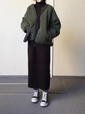 「厚みのあるボアジャケットは着膨れが心配…」という方はIラインシルエットのワンピースを合わせてみて。着痩せ効果のある黒のワンピースだと着膨れどころか着痩せ効果が抜群です。ハイカットのスニーカーを合わせて足元にはカジュアルさをプラスすると今っぽい。