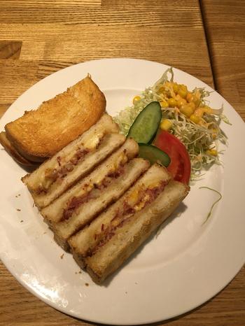 こちらは、コンビーフチーズサンド。使われているチーズはオランダ産のゴーダチーズ、そして食パンは、なんと特注品だそう。お店のこだわりを感じますね。パンはサクサク、ほんのり香るバターは濃厚な味。