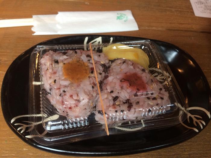 カフェメニューの中でも、ハイカーに人気なのが、土日限定の梅干しと味噌の『黒米おにぎり』です。コースを逆走するのなら、お弁当にぴったりです。