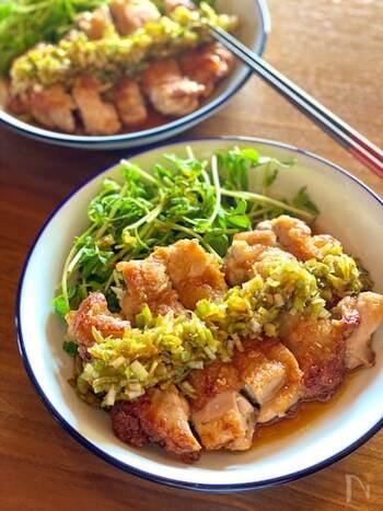 少量の油でフライパンで揚げ焼きする油淋鶏(ユーリンチー)。鶏肉の厚みが均一になるように切り込みを入れたり、フォークで刺したりと、あらかじめ準備しておくことで火が通りやすくなります。ネギや生姜をたっぷり使って、本格中華の味を短時間で◎