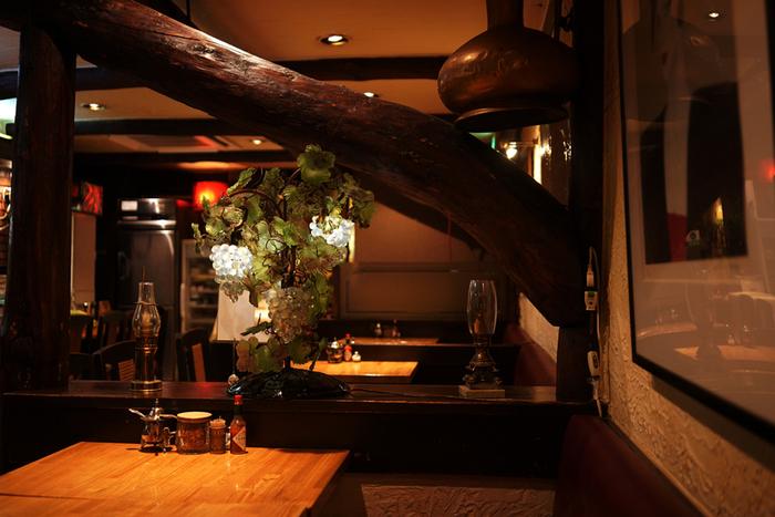 レンガの壁や、立派な木をそのまま使った柱があたたかみのある空間を演出しています。そこかしこに置かれている、使い込まれたコーヒー器具や、目を引く美術品も必見です。